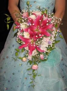 071028ピンクの百合の華やかなウェディングブーケ