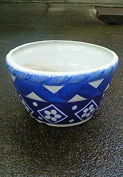 青い模様がきれいな植木鉢
