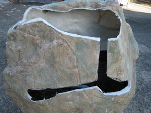 切り取った穴から見える底面給水の仕掛け