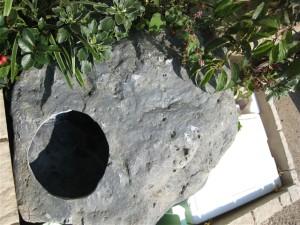 FRPの岩に丸く穴をあけました