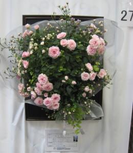 薔薇のハンギングの花束じつはペットボトルでできています