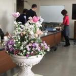 春いっぱいの寄せ植えを会議にお持ちしました